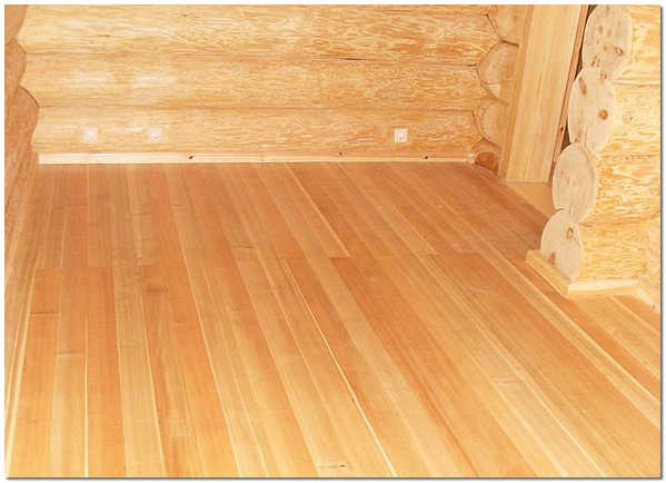Пол из сибирской лиственницы в деревянном доме