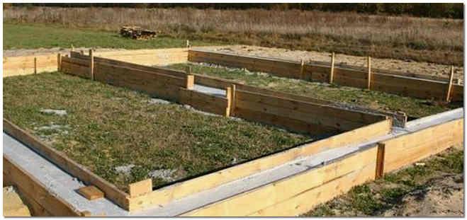 Заливка ленточного фундамента в деревянную опалубку