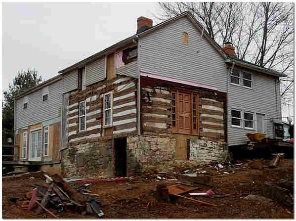 Демонтаж старого винилового сайдинга деревянного дома