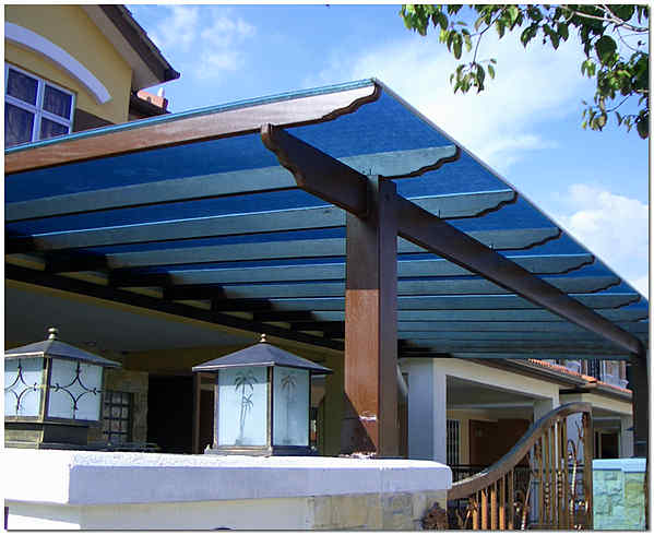 Навес перед домом из цветного сотового поликарбоната фото