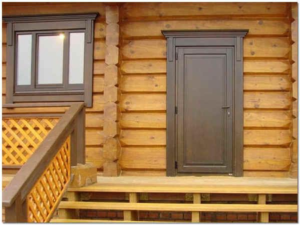 Входная деревянная дверь в частном доме