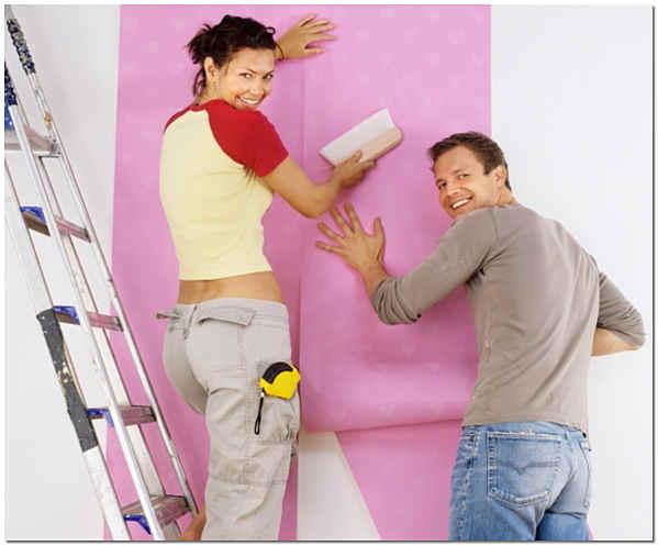 Клеить обои на стены лучше вдвоём